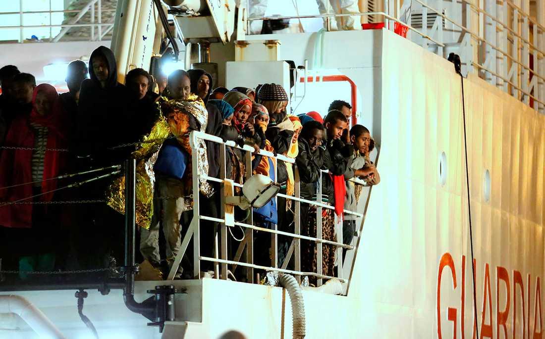 De här människorna har räddats från Medelhavet. Det är dock oklart om de var med på olycksfartyget där 400 dog.