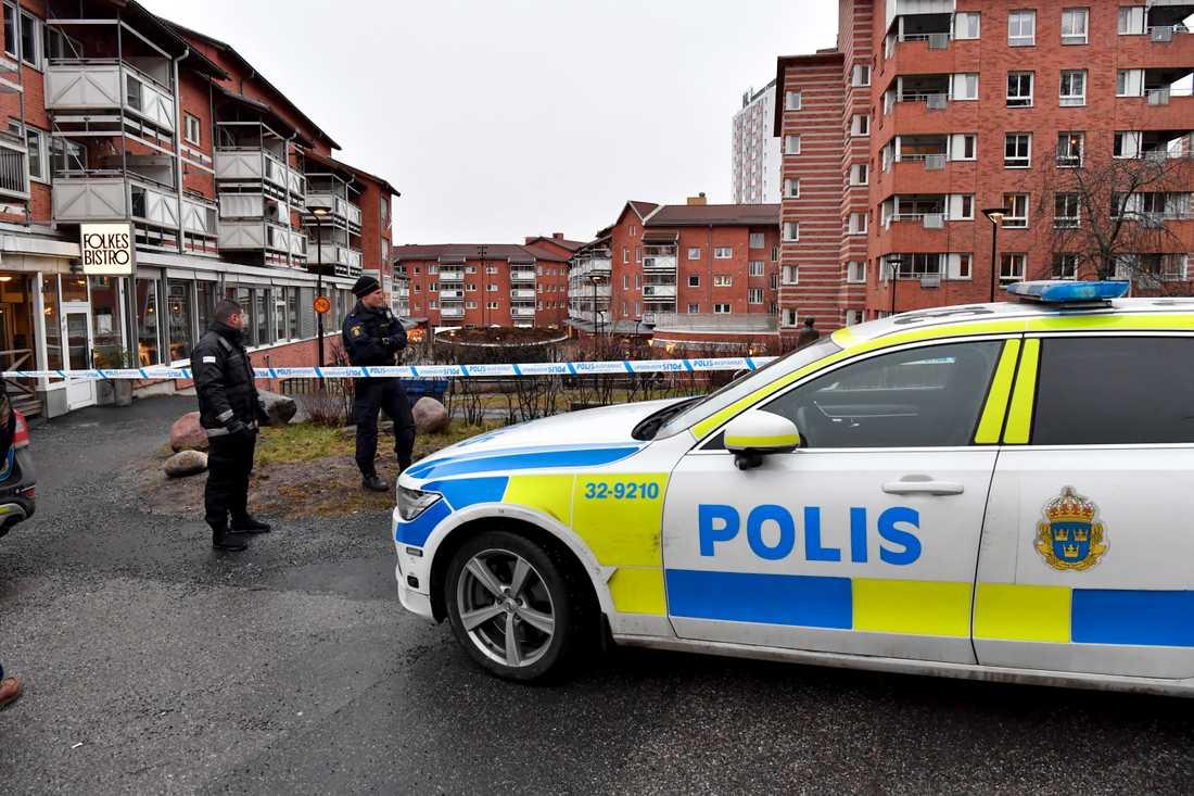 En lokal i Huddinge centrum sydväst om Stockholm har utsatts för skottlossning. En kvinna har skadats av glassplitter.