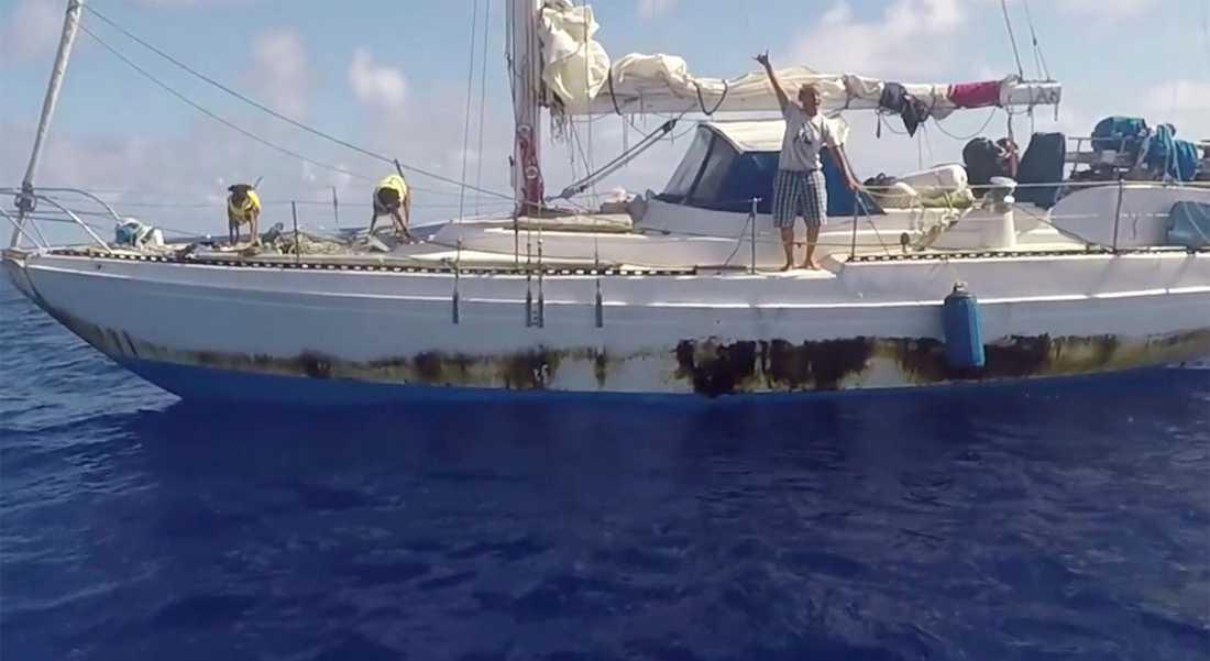 Här räddas kvinnorna efter att ha drivit runt i en trasig båt i fem månader på öppet hav.