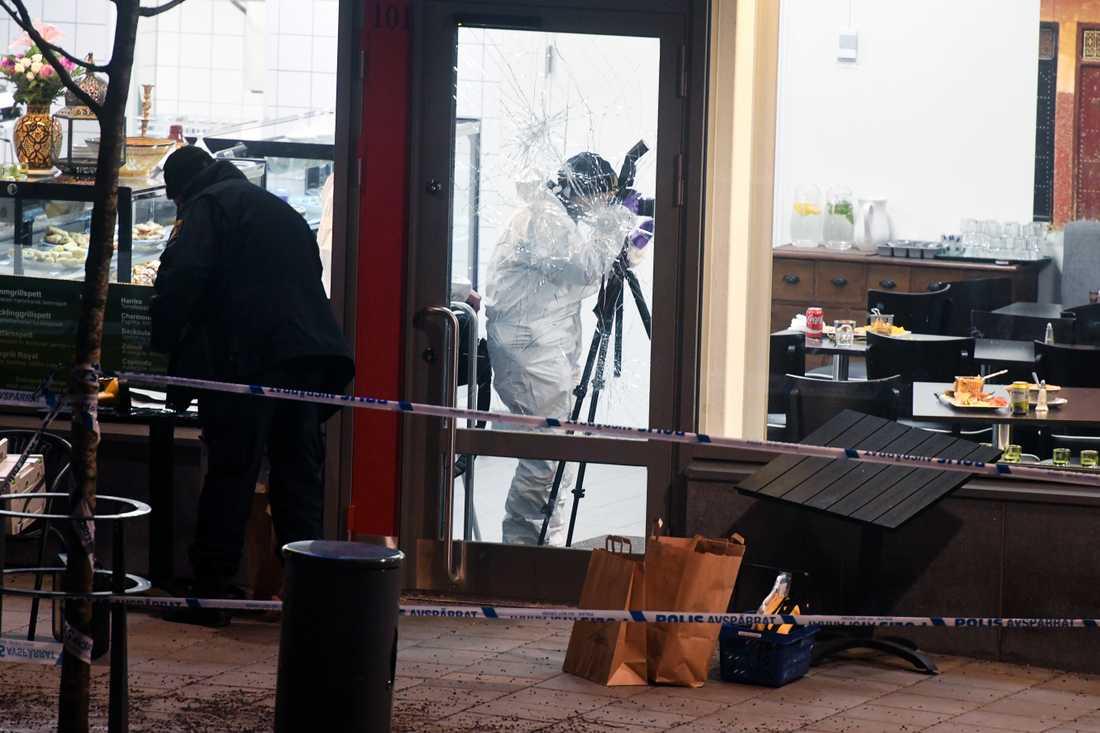 Polisens tekniker på plats i Rinkeby där två bröder avrättades i december förra året.