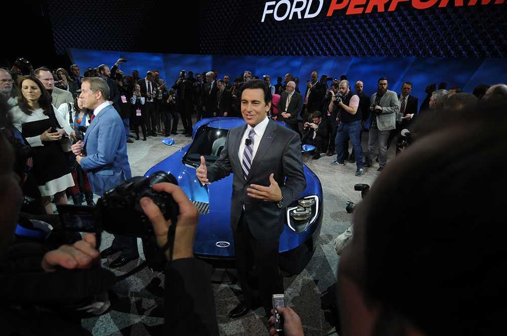 Fords vd Mark Fields möter pressen framför en av biltillverkarens nyheter på bilmässan i Detroit.