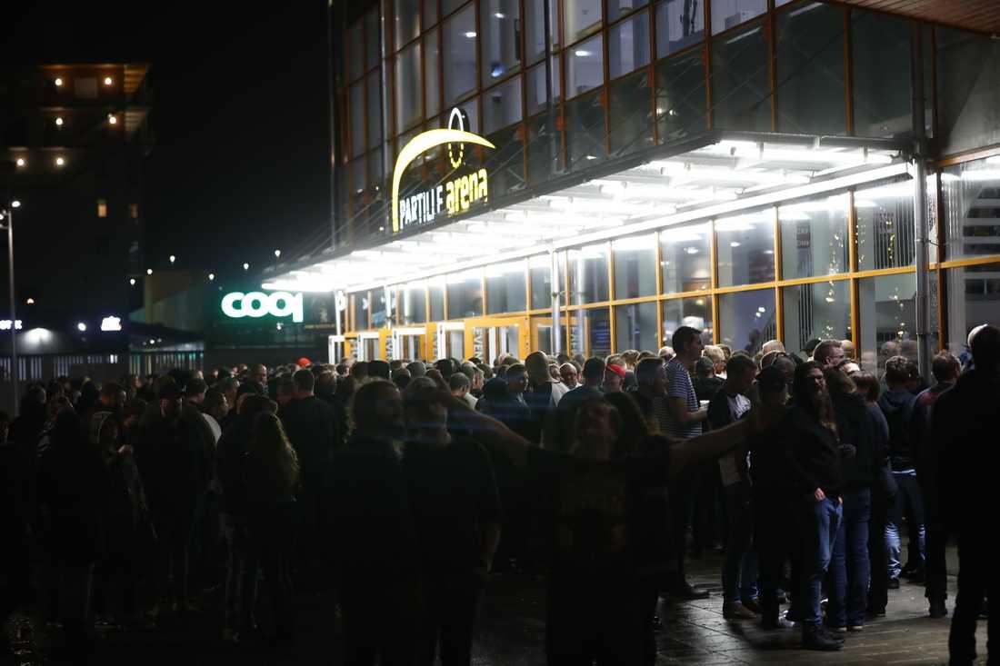 Publiken väntar på att få komma in på arenan.
