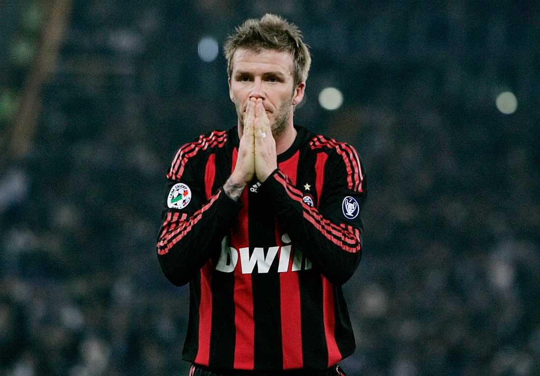 Visar frustration i Milan-tröjan i en match borta mot Lazio i februari 2009.