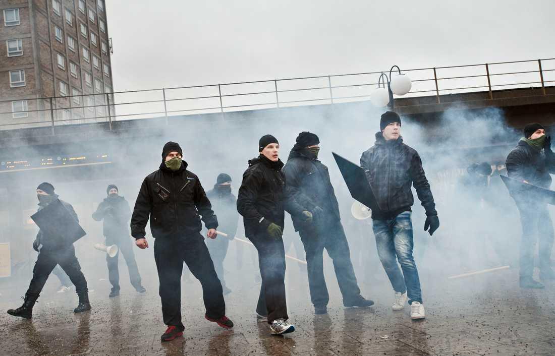 Nordiska Motståndsrörelsen attackerade en antirasistisk demonstration i stockholmsstadsdelen Kärrtorp 2013.