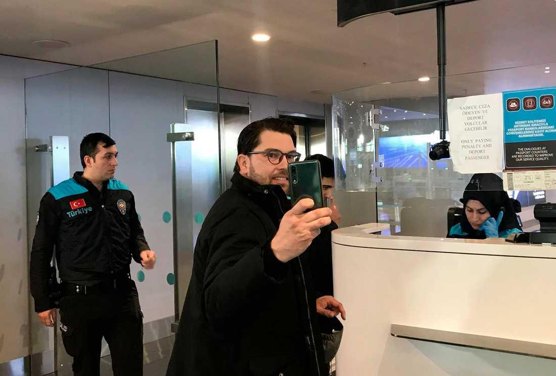 Sverigedemokraternas partiledare Jimmie Åkesson tar en selfie vid Istanbuls flygplats.