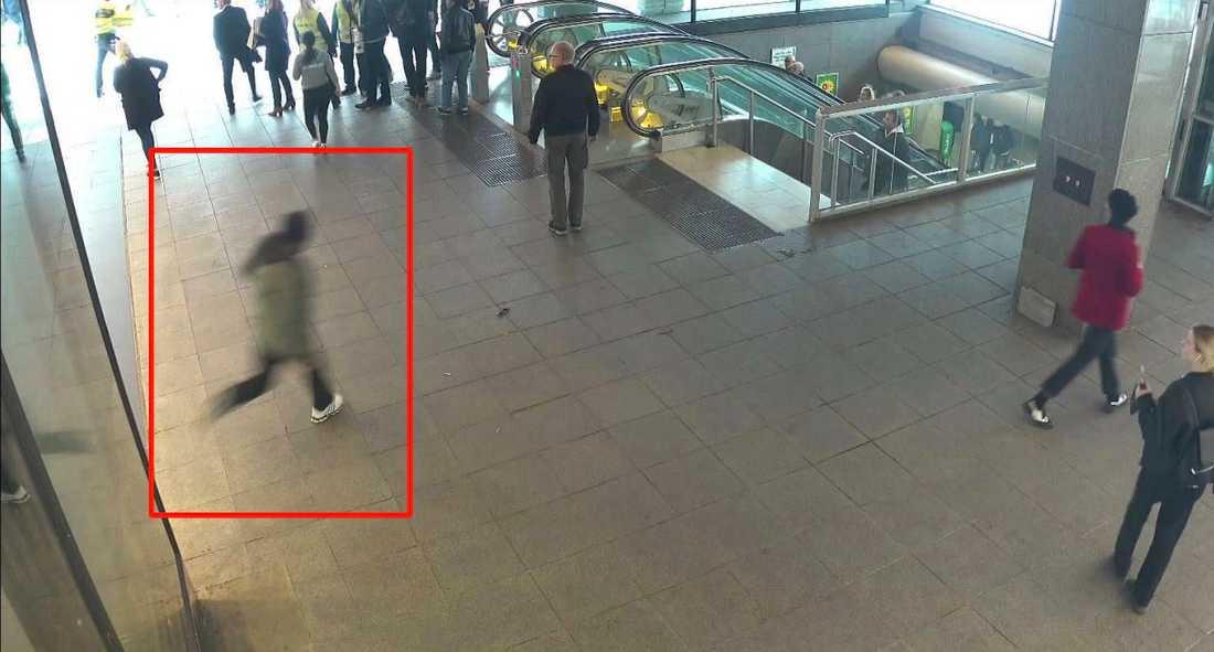 Akilov kommer utspringande från Åhléns maskerad med en rånarluva.