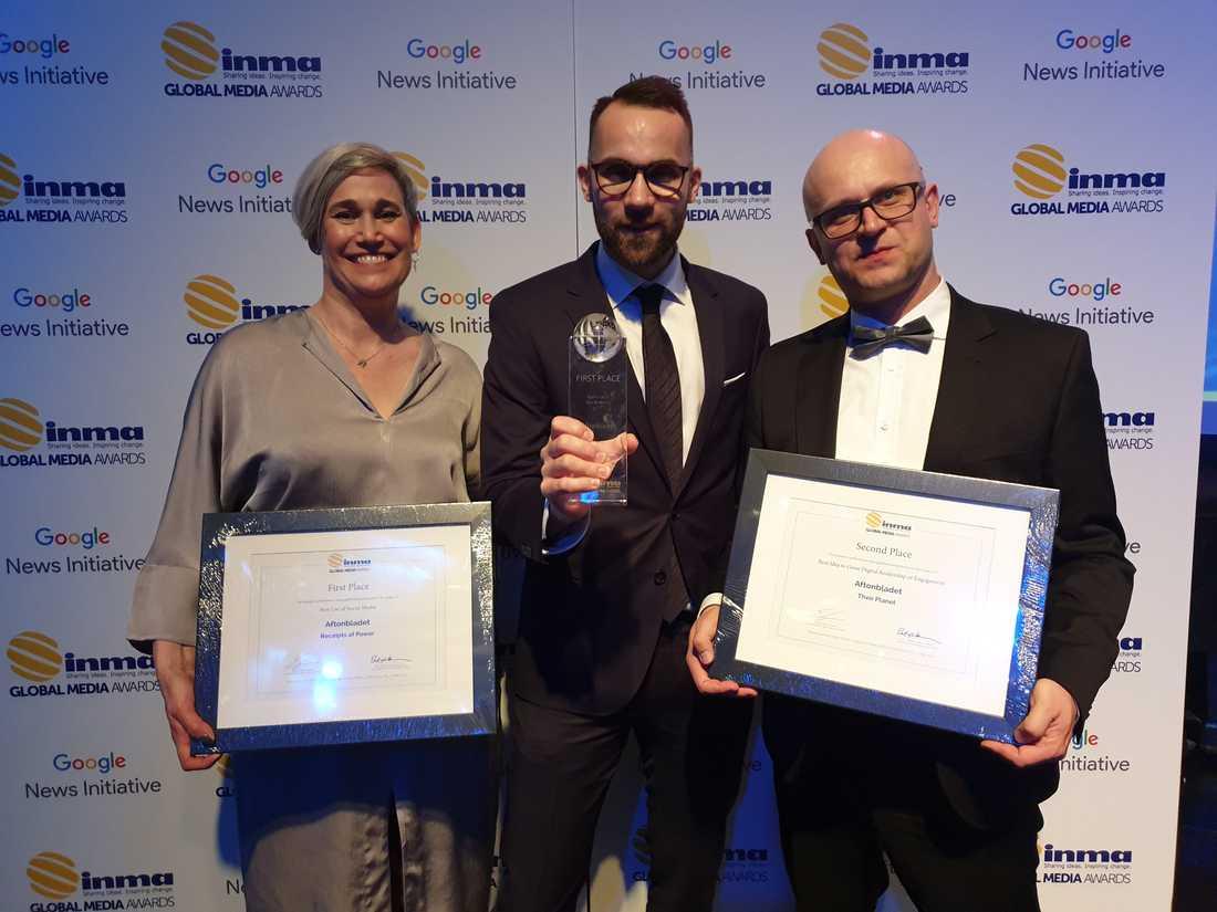 Aftonbladets Sofia Boström, Victor Lindbom och Daniel   Kozlowski tar emot priset på INMA-galan i New York.