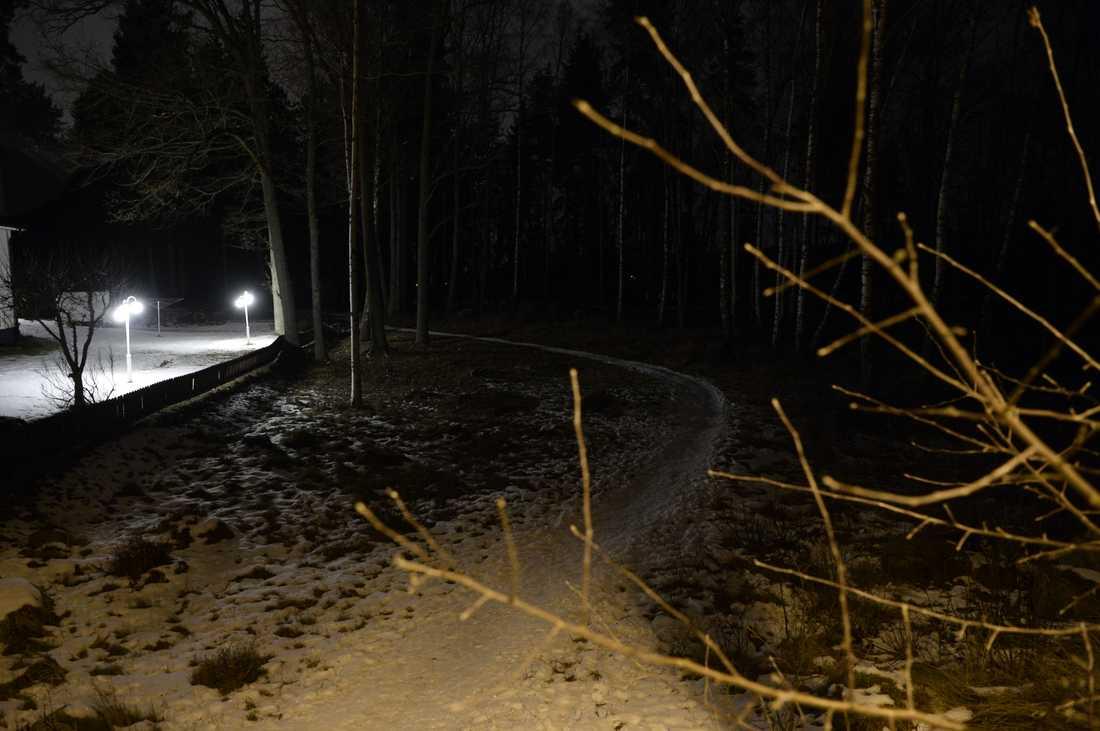 Platsen där kvinnan hittades ligger precis vid ett bostadsområde i Eskilstuna.