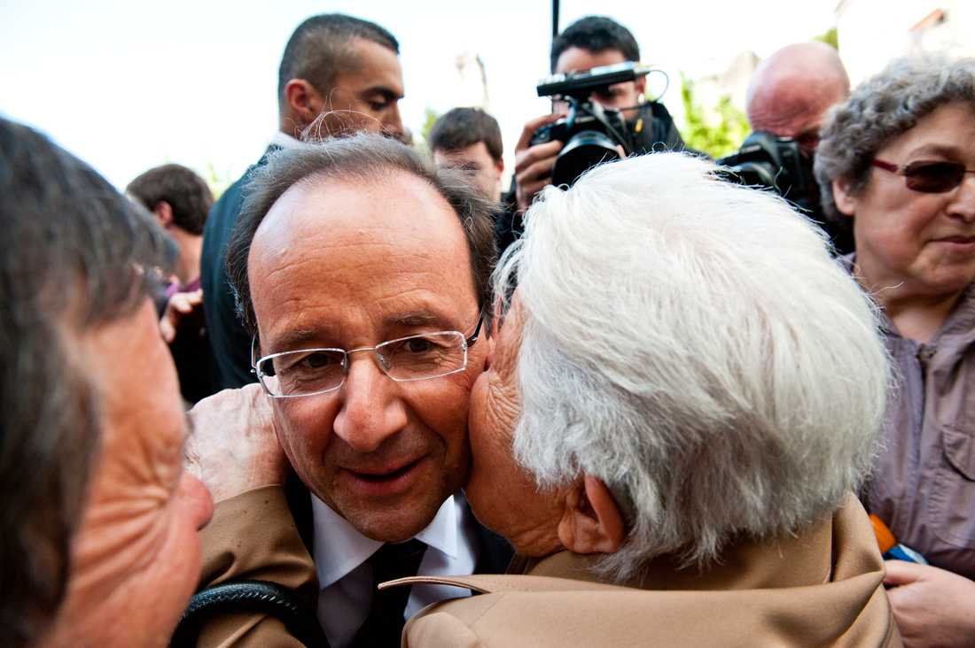 Anhängare omfamnar Hollande i dag.