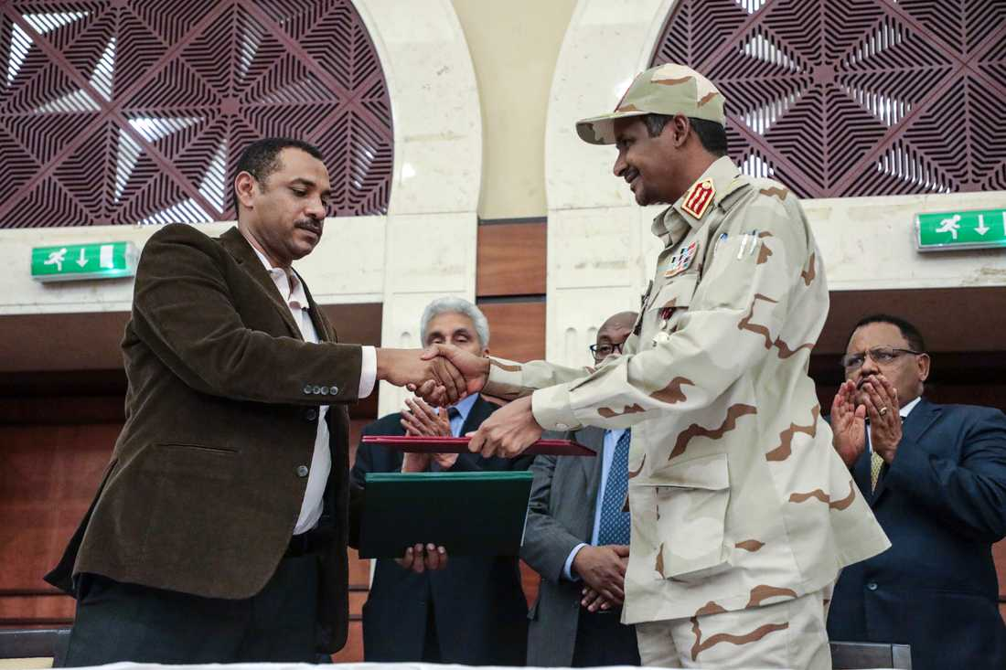 Mohamed Hamdan Dagalo skakar hand med Ahmad al-Rabi, en av oppositionsledarna.