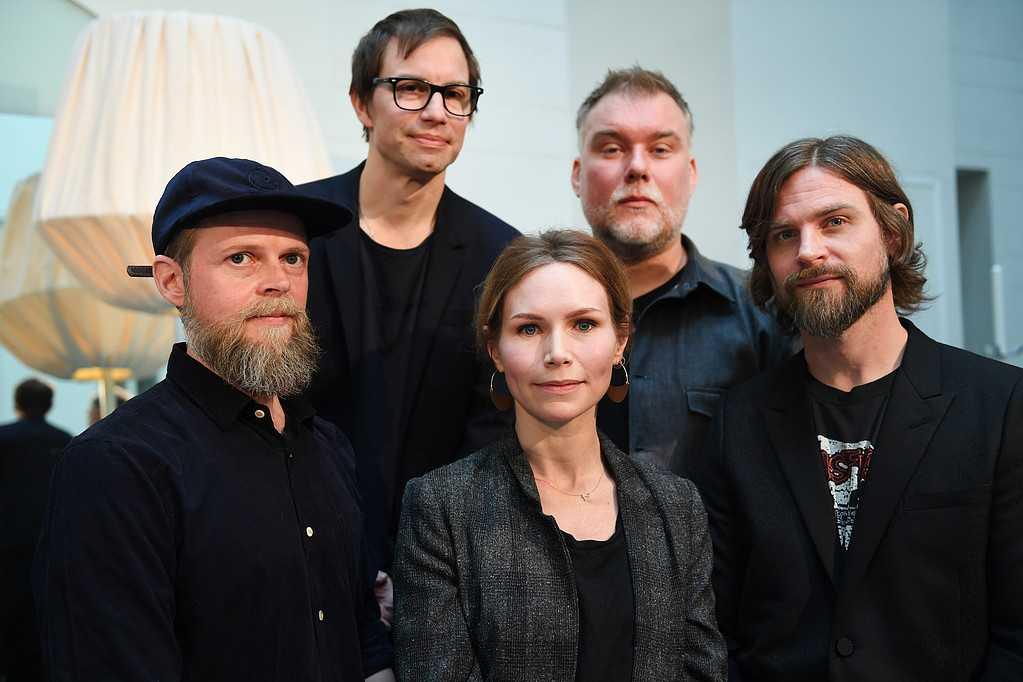 Nina Persson tillsammans med resten av The Cardigans.