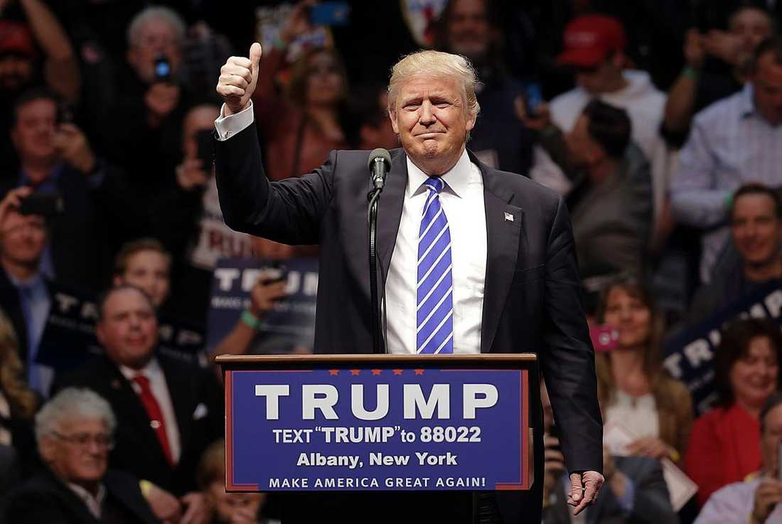 För Donald Trump ser segern ut att vara i hamn. Sal Bruni funderar på att rösta på Trump i november, om han blir republikanernas presidentkandidat. Men för frun Julie Bruni står valet och väger mellan Clinton och Sanders.