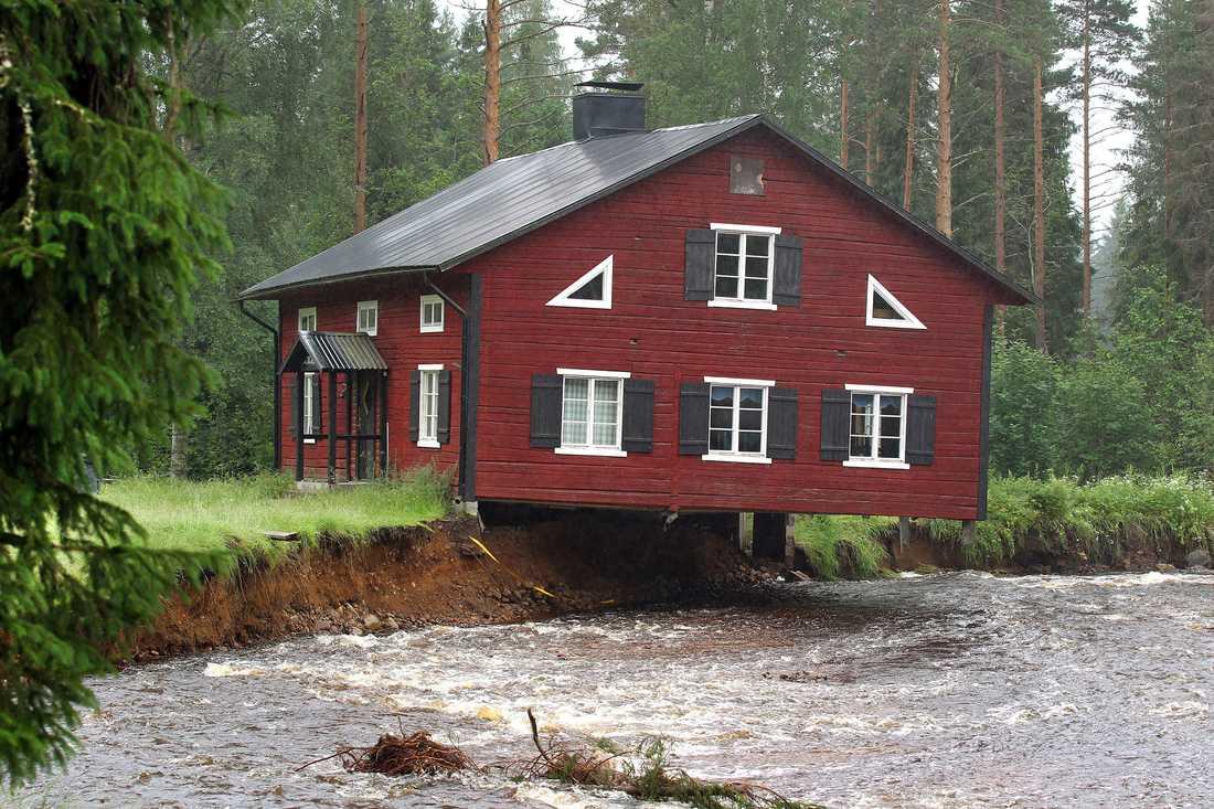 Nyhammars scoutstuga utanför Ludvika balanserar just nu på kanten till ån. Dasset och veboden har redan dragits med vattnet.