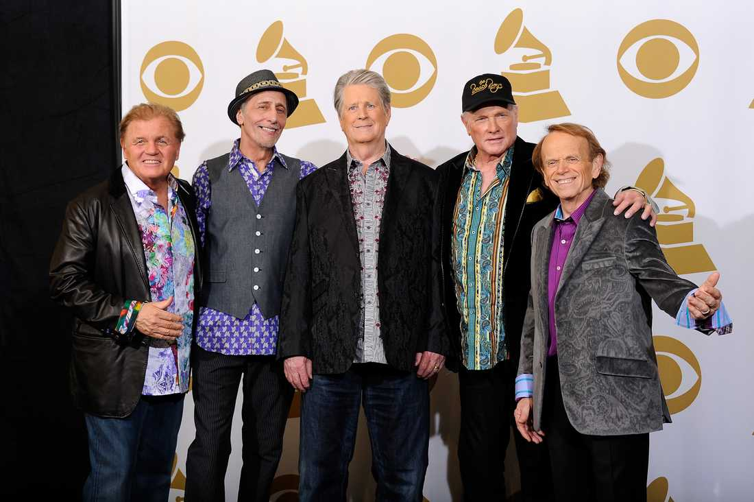 Hela Beach Boys återförenat – med Brian Wilson i mitten.