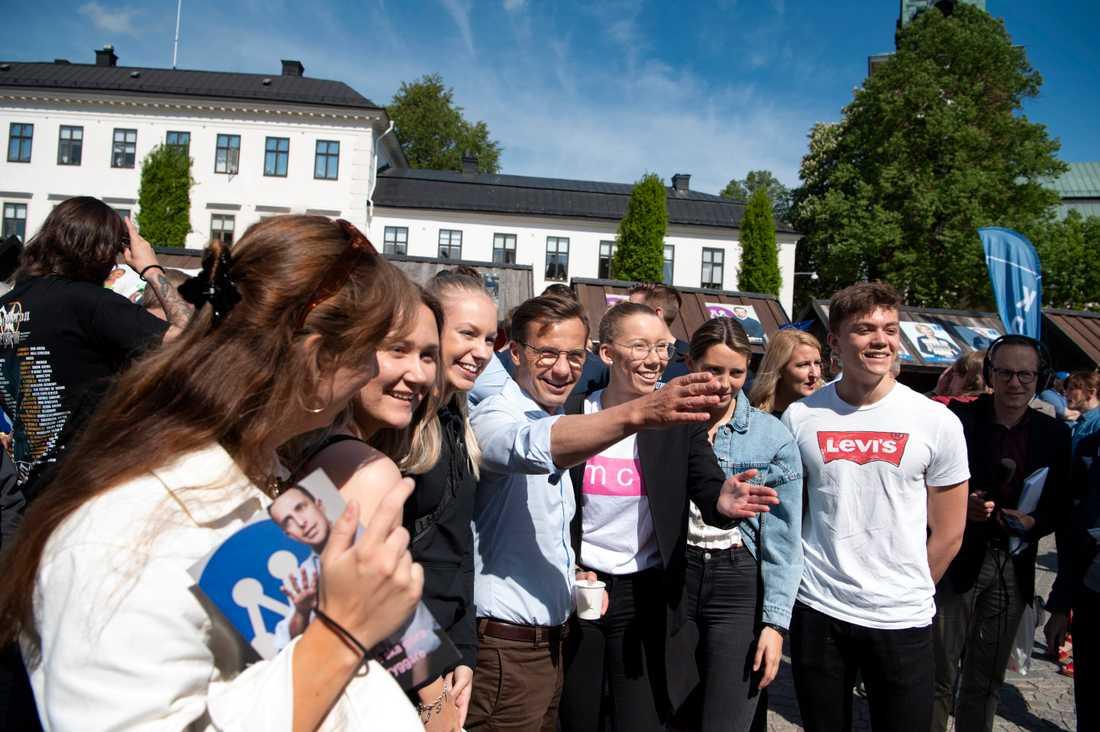 M-ledaren Ulf Kristersson kampanjar i Nyköping. Till höger om honom står förstagångsväljarna Mira Eriksson och Lovisa Lindvall.