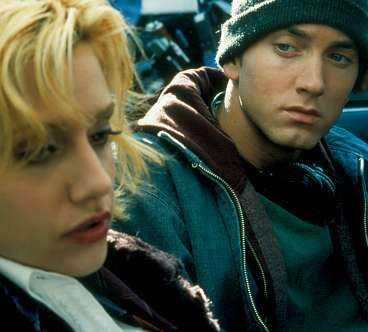 Eminem spelar Rabbit, den fattige vita killen som vill göra karriär som rappare .