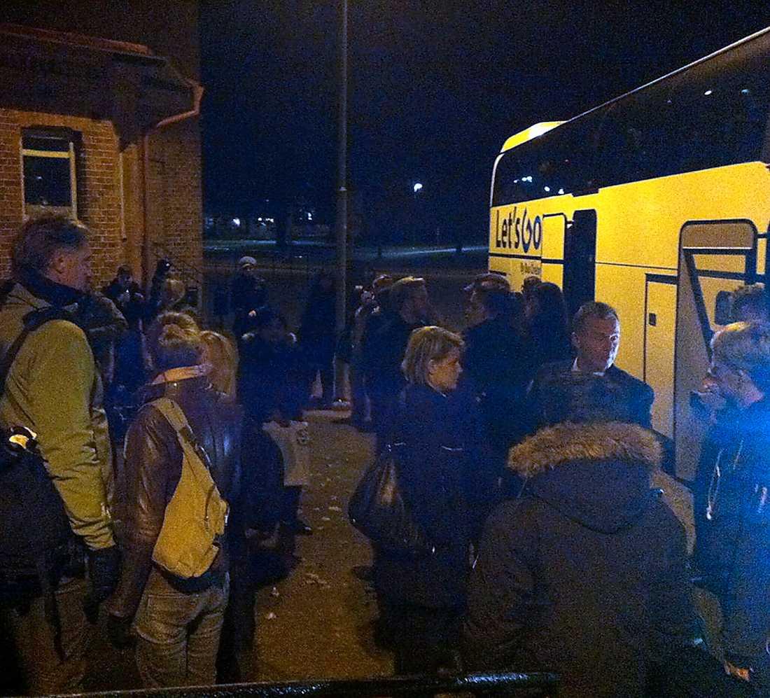 De strandade resenärerna fick åka buss.