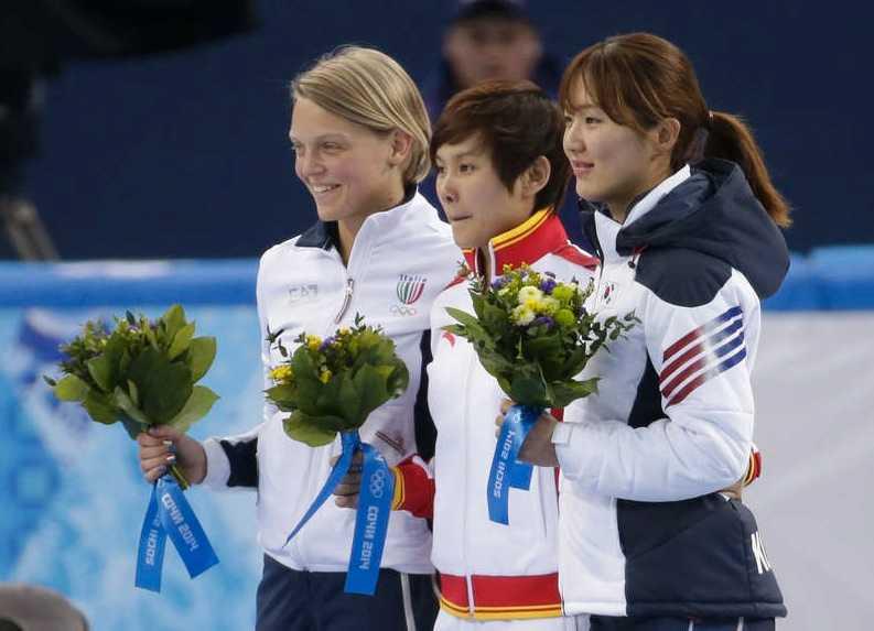 Arianna Fontana, Italien (till vänster), Jianrou Li, Kina, (mitten), och Park Seung-hi från Sydkorea.
