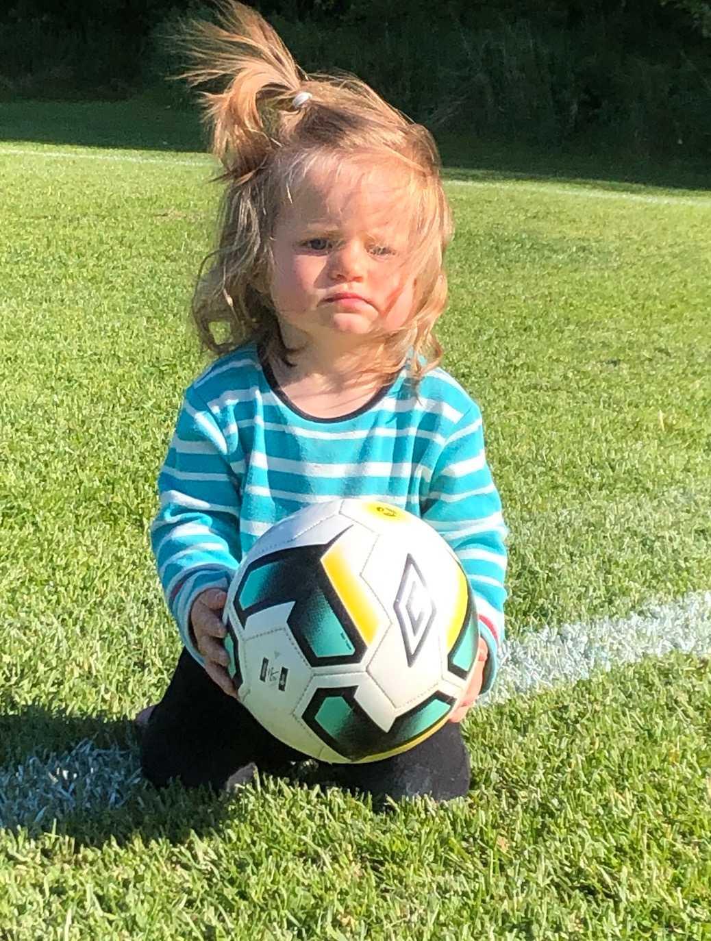 Elvina ett år med mycket hår, inskickad av mamman Stina Eriksson från Örebro.