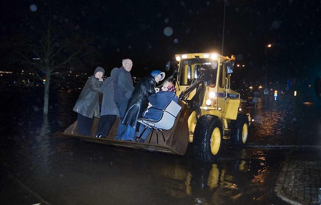 (H)julbordsräddade I Uddevalla fick ett hundratal julbordsfirare evakueras med hjullastare efter att hela området kring hotellet där de ätit översvämmats.