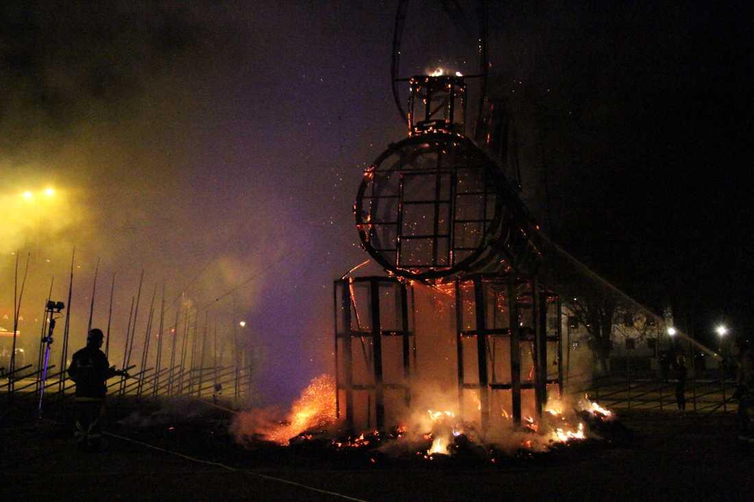 Julbocken i Gävle brinner.