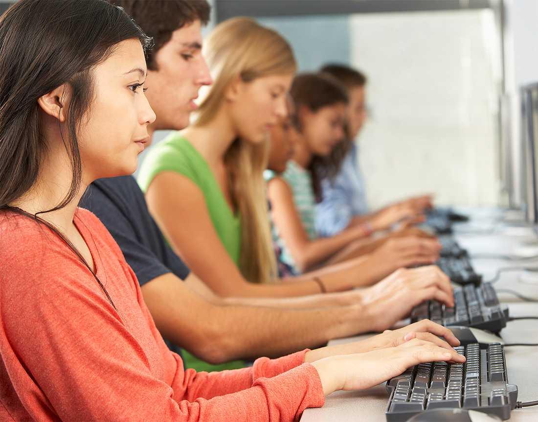 """RÄTTSLÖSA  69 procent av nätjobbarna på spotmarknaden är kvinnor. Typiska uppdrag är att transkribera föredrag, ranka resultat i Google-sökningar och """"tagga"""" nätporr. Om inte beställaren blir nöjd kan hen strunta i att betala. Foto: Thinkstock"""