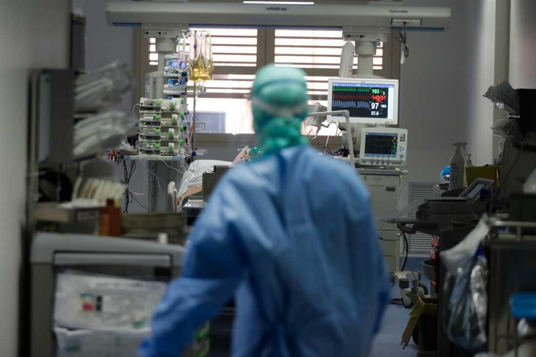 En läkare hos en coronaviruspatient på intensivvårdsavdelningen på sjukhuset Brescia i Italien.