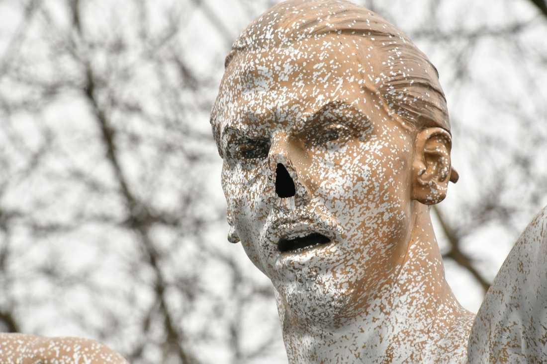Statyn har vandaliserats flera gånger. Bland annat har näsan förstörts.