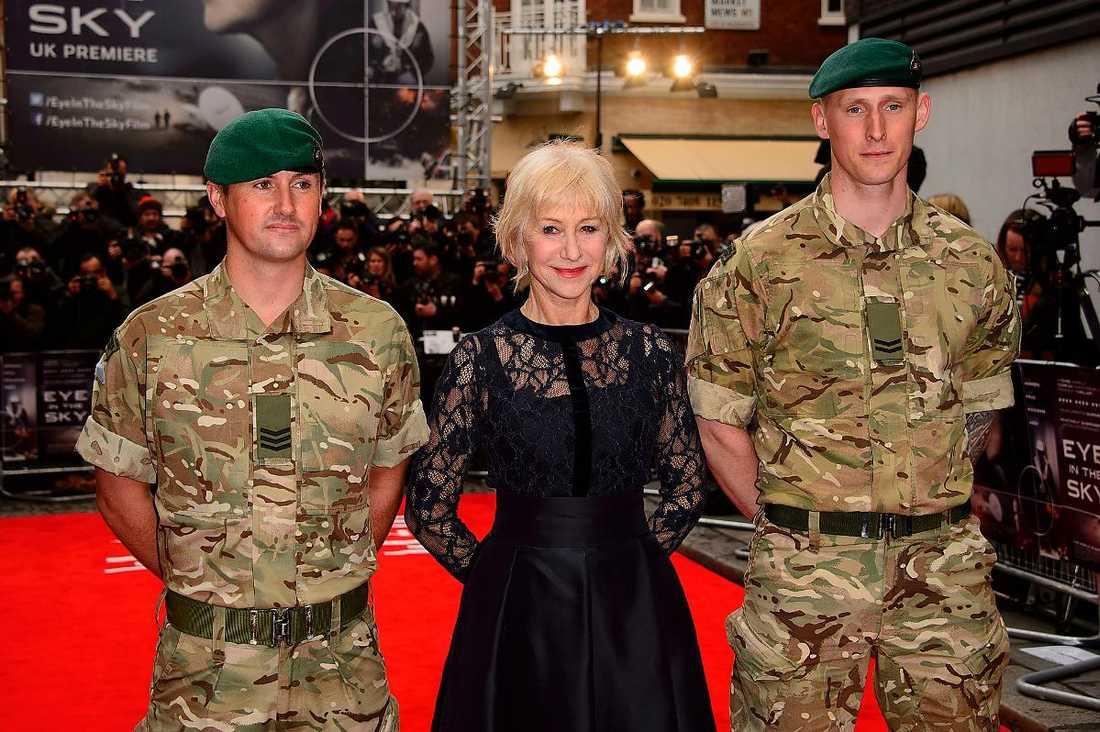 """rollen skrevs till en man... men gjordes om på order av regissören och gick till Helen Mirren. Under premiären av """"Eye in the sky"""" poserade stjärnan på röda mattan med brittiska militärer."""