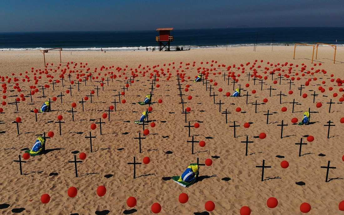 Kors och ballonger har placerats på stranden Copacabana i Rio de Janeiro för att hedra Brasiliens coronadöda.