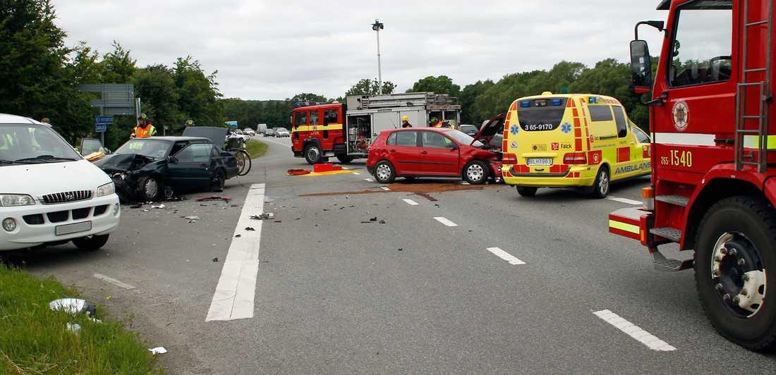 Tre bilar med sammanlagt fem personer var inblandade i krocken.