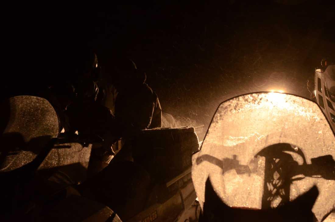 Räddningsarbetarna kämpar mot klockan.
