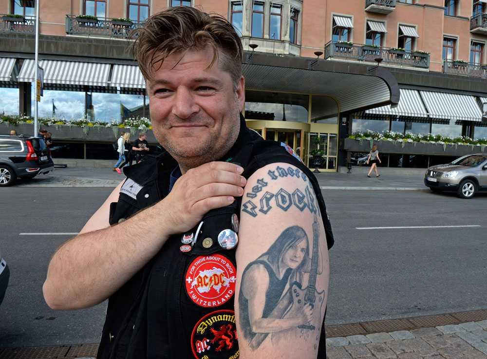 Henk från Bergen visar sina AC/DC tatueringar.