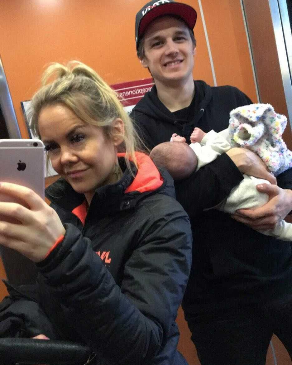 Jane Söderberg, Marcus Ogemar och dottern Julia som föddes i vecka 23.