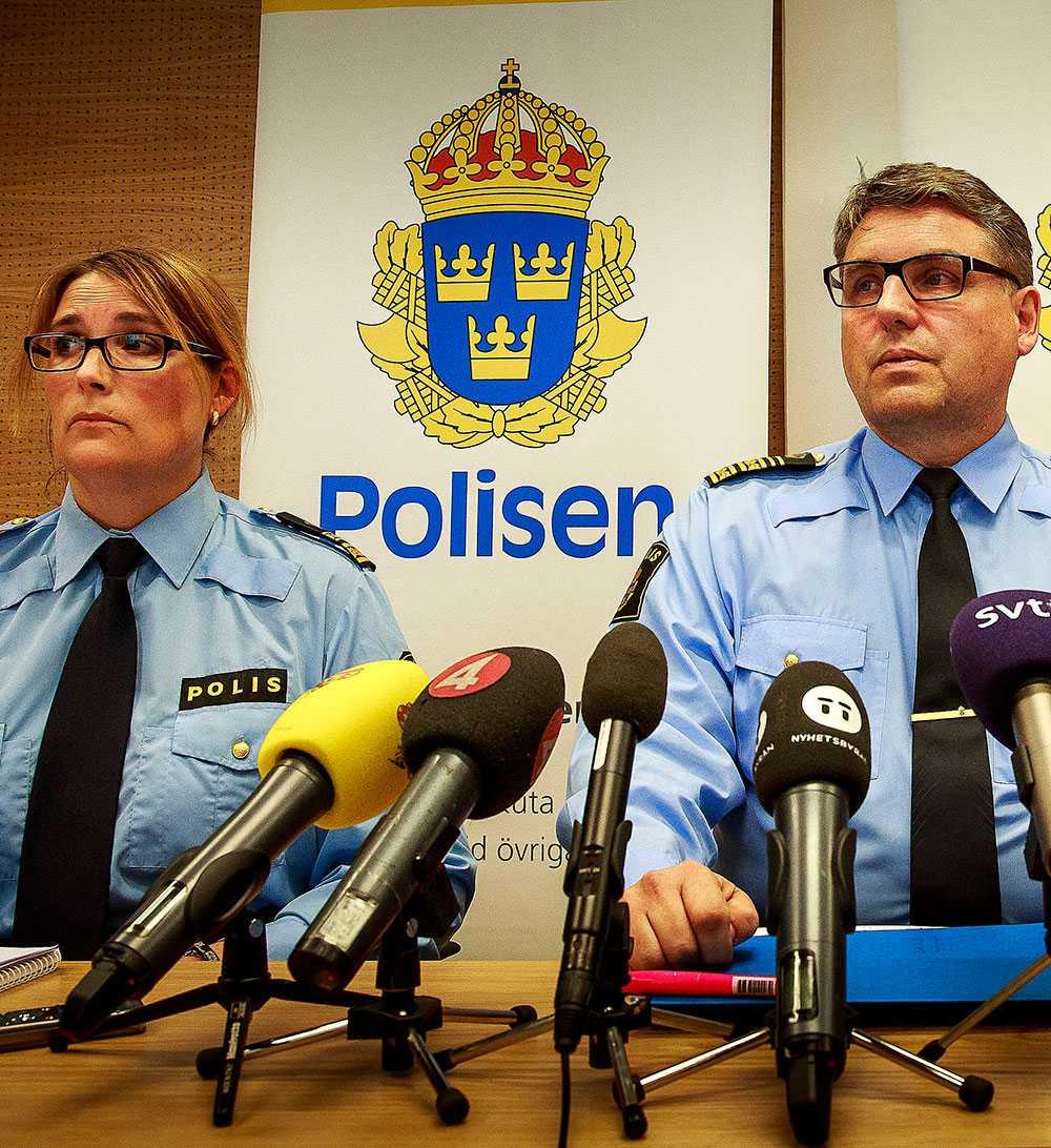 Petra Stenkula, biträdande chef för länskriminalen i Skåne, och Skånes länspolismästare Klas Johansson vid gårdagens presskonferens som hölls efter avslöjandet att polisen upprättat ett register över romer.