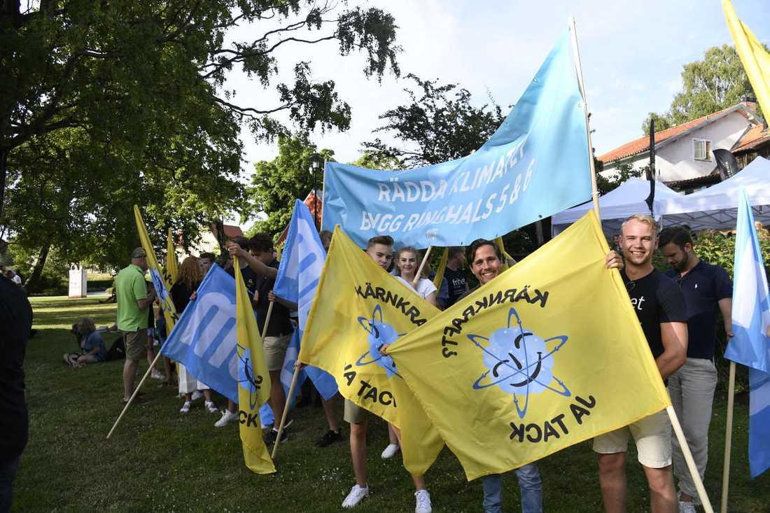 Moderata ungdomsförbundet, MUF, protesterade vid scenen i Almedalen när Bolund talade.