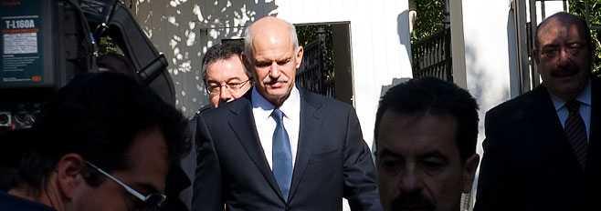 Papandreou på väg mot mötet med presidenten.