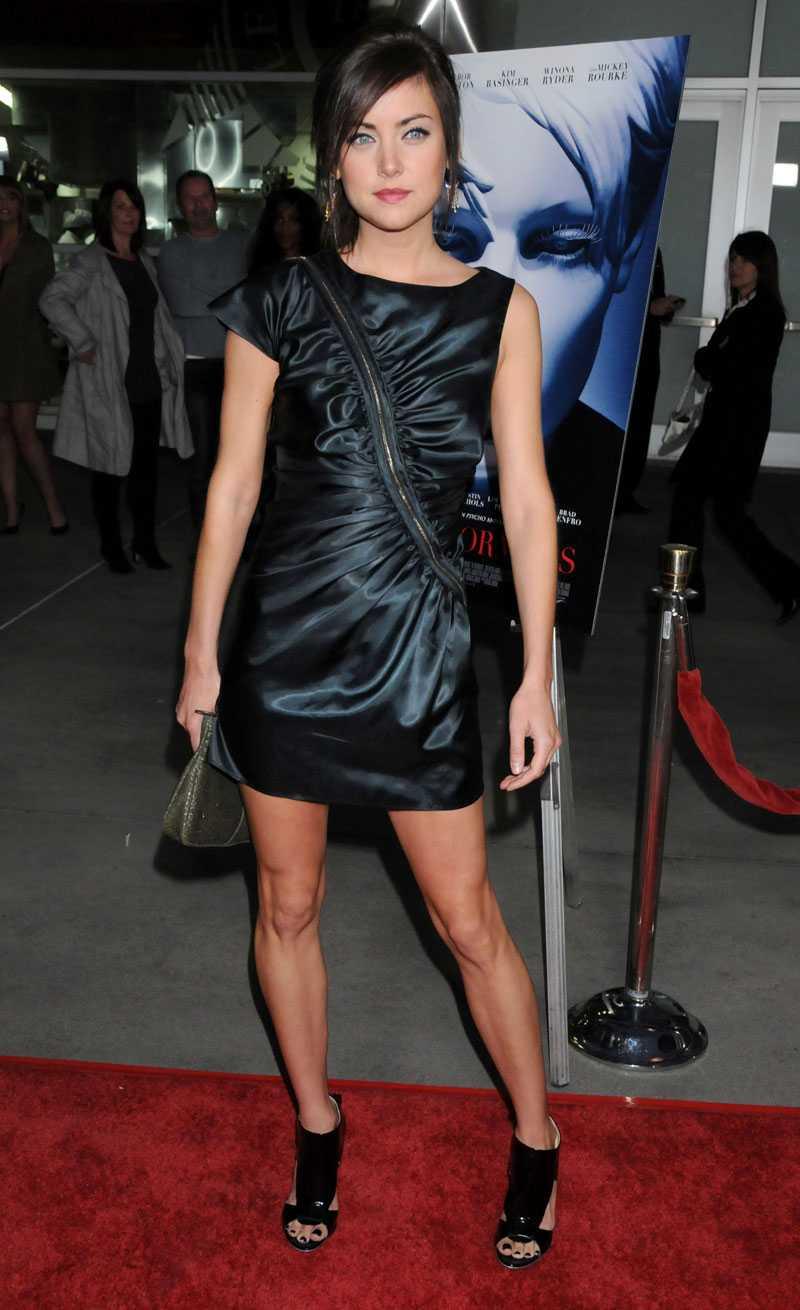 JESSICA STROUP 2 Så coolt! Jag fullkomligen älskar blixtlåsdetaljen. Det är den som gör klänningen, och valet av skor passar alldeles utmärkt till.