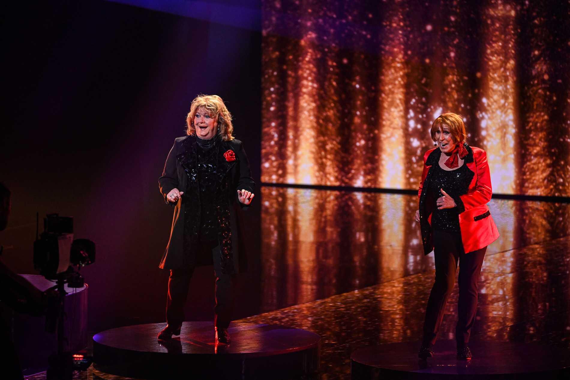 Eva Roos och Eva Rydberg på Melodifestivalens scen under Andra chansen