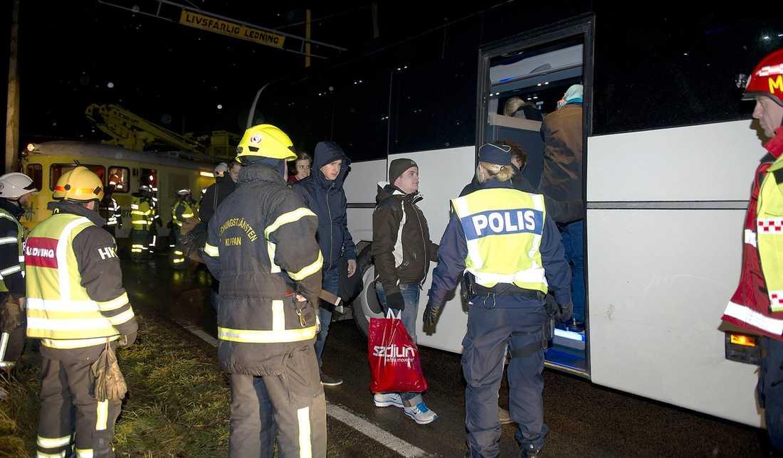 Efter att ett pågatåg krockat med ett stormfällt träd tvingades man evakuera passagerarna vid Bjärhus utanför Klippan vid midnatt.