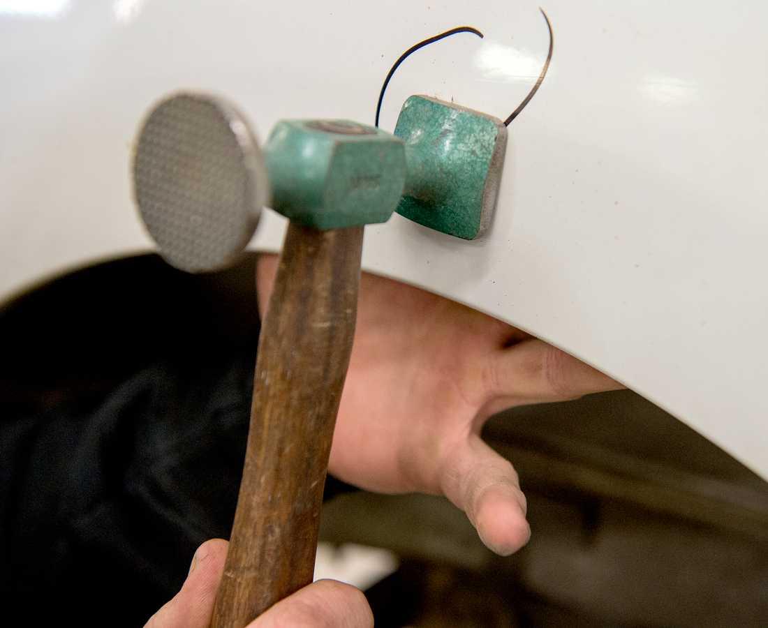 Många bilar har fått plåtskador efter att de skadats vid hagelstormen. Arkivbild.
