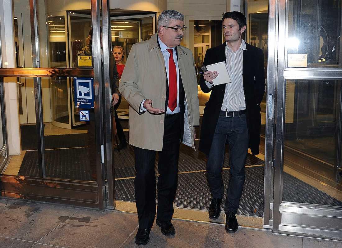 """SITTER LUGN I BÅTEN Håkan Juholt har kritiserats internt men säger efter gårdagens """"Agenda"""" i SVT att han känner förtroende för sina partikollegor. Till höger Aftonbladets reporter Anders Munck."""