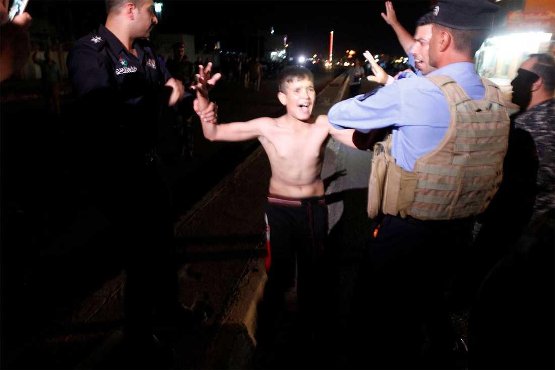En pojke i 13-årsåldern greps av polis i Kirkuk, Irak.