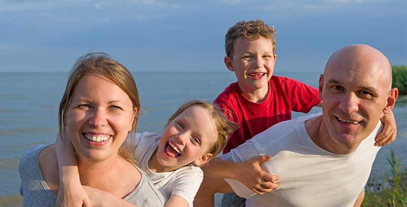 Hudläkarens råd: Skapa bra solvanor från början så lär sig barnen att alltid skydda sin hud.