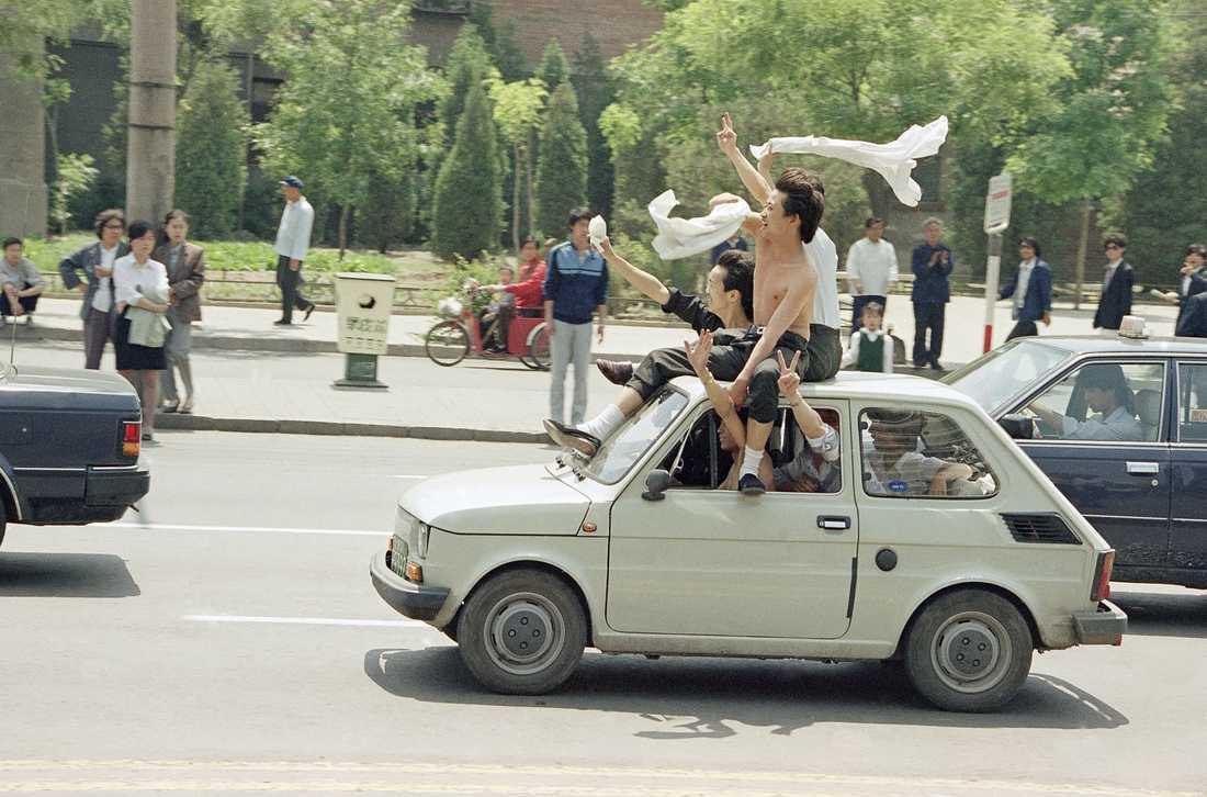 Ungdomar i Peking på väg till Himmelska fridens torg för att delta i protesterna den 17 maj 1989. Arkivbild.
