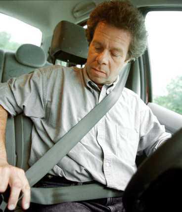 kör säkrare I går skrev Aftonbladet om riksdagsledamoten som anser att dödsolyckorna skulle minska med hälften om män körde som kvinnor. Aftonbladets Robert Collin håller med, men menar att män egentligen kör bättre än kvinnor - men de måste sluta leka i trafiken.