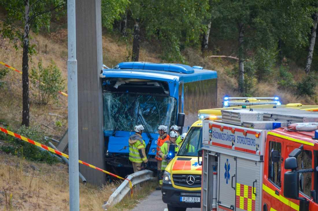 En buss har kört in i ett betongfundament i Hjällbo i Göteborg.