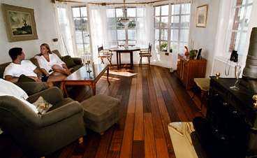 Vardagsrummet har plats för många gäster. I vintras firade grannarna i marinan nyår här.