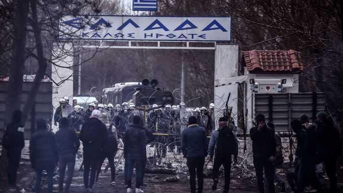Flyktingar från Turkiet stoppas vid den grekiska gränsen.
