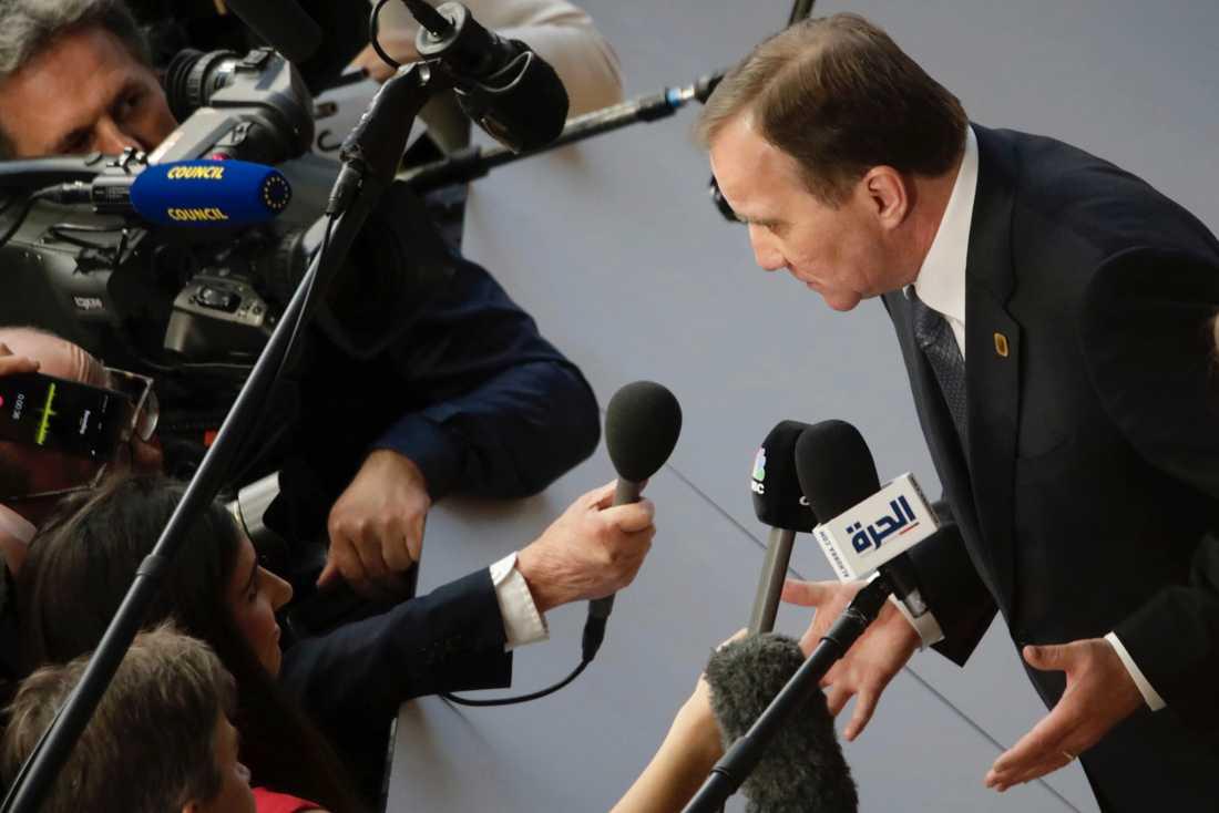 Statsminister Stefan Löfven talar med journalister inför onsdagens EU-toppmöte i Bryssel.